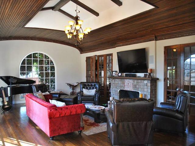 luxusní obývák, kožená křesla, červený gauč