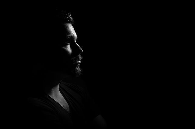 muž ve tmě.jpg