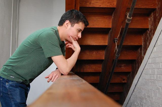 muž pod schody.jpg