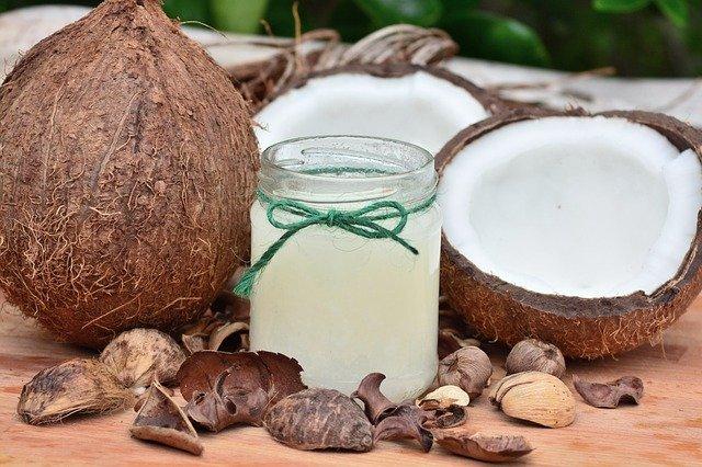 kokosový ořech a sklenice